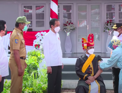 Presiden Joko Widodo Tinjau Vaksinasi Massal COVID-19 di Maluku Tengah