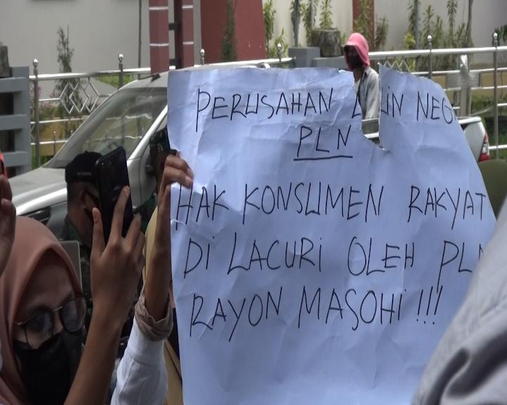 Aksi Demo Kembali Digelar Warga dan Mahasiswa Tehoru di Depan Kantor PLN