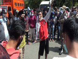 Pemberlakuan Surat Rapid Test Antigen, Warga Buru Lakukan Aksi Demo