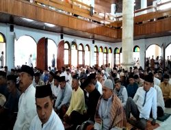 Umat Muslim di Sirisori Islam Melaksanakan Sholat ID di Masjid Baiturahman