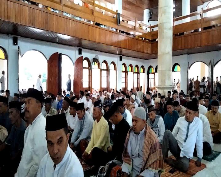 Umat Islam di Sirisori Islam Melaksanakan Sholat ID di Masjid Baiturahman