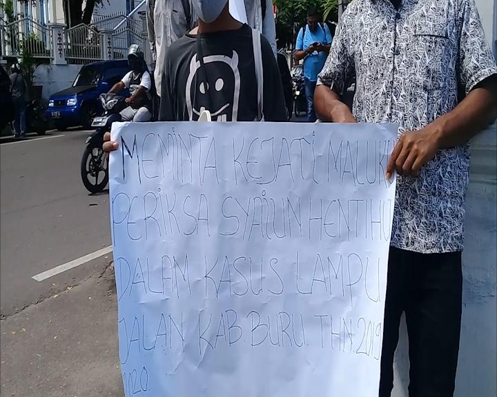 Aksi Demo Digelar Mahasiswa Batabual Desak Kejati Maluku Ambil Alih Kasus Lampu Jalan di Buru