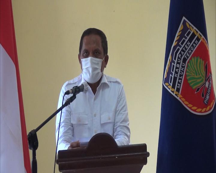 Bupati Tuasikal Abua Serahkan Paket Bantuan Pemberdayaan ke Leibar