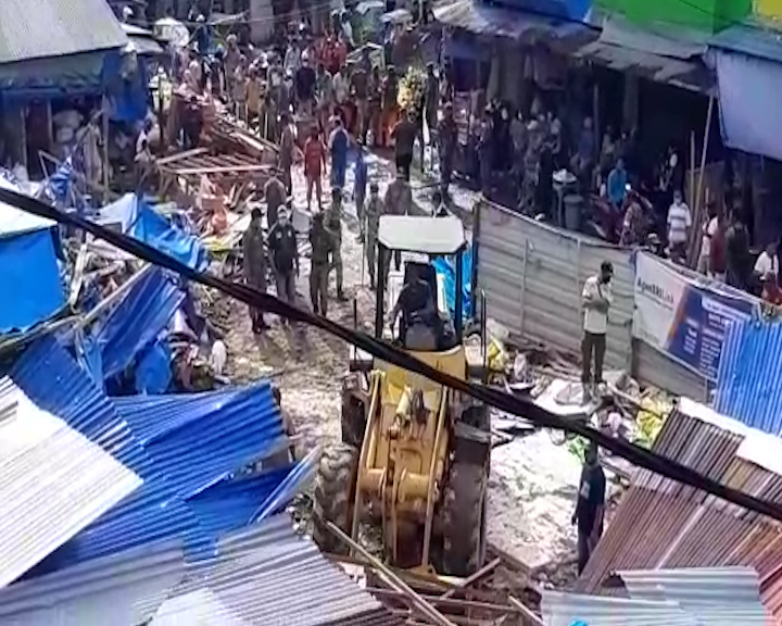 Dinas PUPR Pastikan Pembongkaran Gedung Putih Pasar Mardika Tuntas Dalam Sepekan