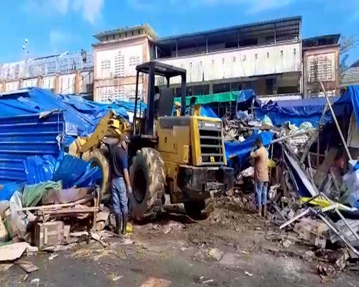 Lapak PKL di Lokasi Pasar Gedung Putih Pasar Mardika Dibongkar
