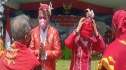 Tuasikal Abua Bersama Istri Menyandang Gelar Jujaro Mungare Lilipory Kalapessy