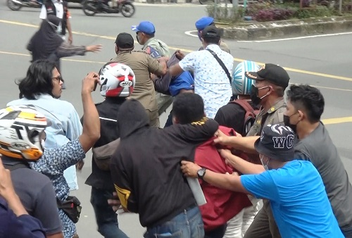 Aksi Demo di Depan Balai Kota Ambon, Sejumlah Mahasiswa Diamankan Satpol PP