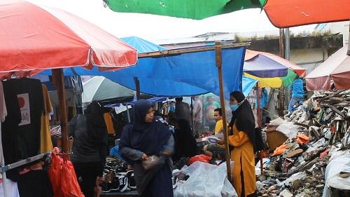 """Lokasi Eks Gedung Putih Dipenuhi Pedagang Pakaian Bekas """"Cakar Bongkar"""""""