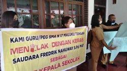 Puluhan Guru SMA Negeri 17 di TNS Waipia Gelar Demo