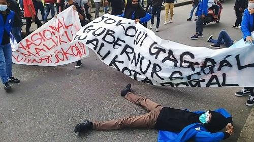 Puluhan Mahasiswa Unpatti Gelar Aksi Demo Tolak Penerapan PPKM