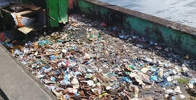 Berbagai Jenis Sampah Plastik Berserakan di Pantai Losari Mardika