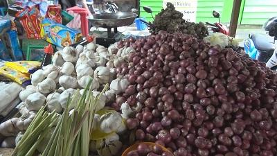 Harga Bawang di Pasar Tradisional Mardika Kota Ambon Mengalami Penurunan