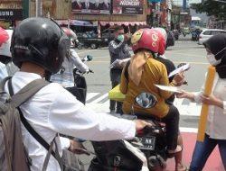 Peduli Sesama, Aliansi Mahasiswa Kota Ambon Bagi Masker Kepada Warga