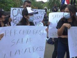 Puluhan Mahasiswa UKIM Ambon Lakukan Aksi Unjuk Rasa di Kantor Gubernur Maluku