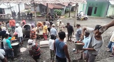 Warga Gotong-Royong Lakukan Pengecoran Tiang Kabah Masjid Asy Syuhada Pahlawan